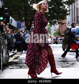 London, Großbritannien. 18 Sep, 2017 London - 18. September 2017 Frau auf der Straße während der London Fashion - Stockfoto