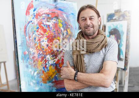 Porträt Lächeln, selbstbewusste Künstlerin, die an der Abstrakten Malerei in der Kunst Klasse studio - Stockfoto
