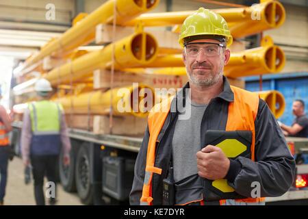 Portrait zuversichtlich männlichen Ingenieur mit digitalen Tablet in der Factory - Stockfoto