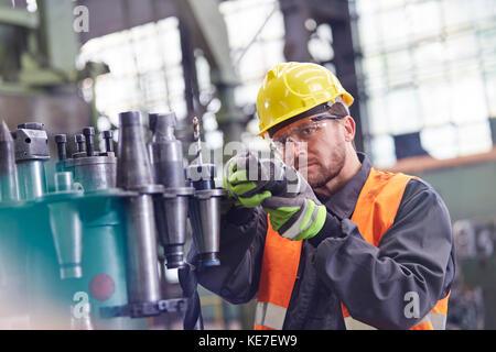 Männliche Arbeiter Prüfung Teile aus Stahl in der Factory - Stockfoto