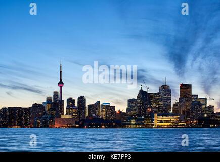 Skyline von Toronto bei Sonnenuntergang mit Lake Ontario im Vordergrund; Toronto, Ontario, Kanada - Stockfoto