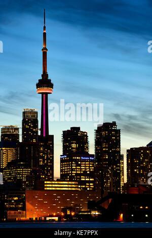 Skyline von Toronto, CN Tower leuchtet bei Sonnenuntergang; Toronto, Ontario, Kanada - Stockfoto