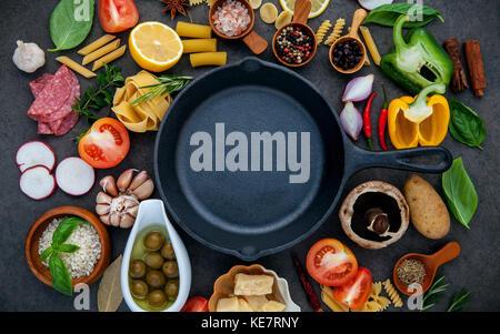 italienische k che kochen zutaten auf dunklem hintergrund stockfoto bild 116786725 alamy. Black Bedroom Furniture Sets. Home Design Ideas