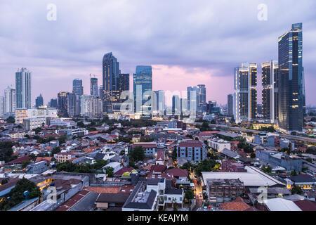 Sonnenuntergang über Jakarta Geschäftsgebiets mit hohen Bürogebäuden und Luxury Condominium Tower in Indonesien - Stockfoto