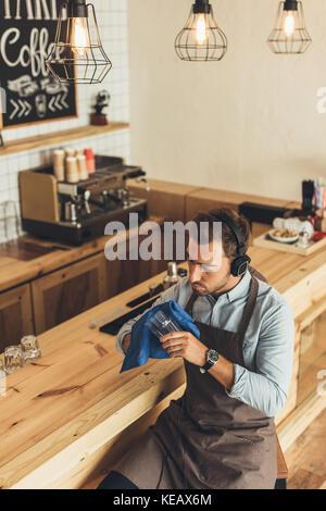 Arbeitnehmer Reinigung Glaswaren Stockfoto