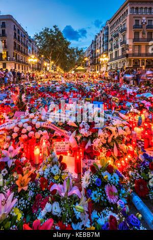 Die Menschen versammelten sich auf der Las Ramblas Fußgängerzone rund um den provisorischen Gedenkstätte für die Opfer des islamistischen Terroranschlag in Barcelona, Katalonien, Spai