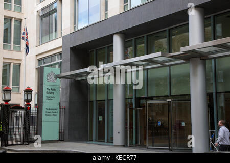 Die Brötchen Gebäude, Royal Courts of Justice außen in London. Die Geschäfts- und Eigentum Gerichte von England - Stockfoto