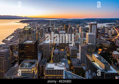 Die Skyline der Innenstadt bei Sonnenuntergang, Seattle, Washington, USA - Stockfoto