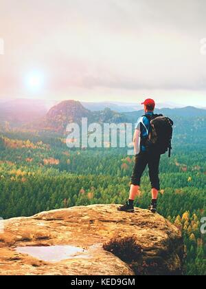 Wanderer Backpacker erreicht den Gipfel des Berges, Erfolge, Freiheit und Glück, Erfolg in den Bergen - Stockfoto