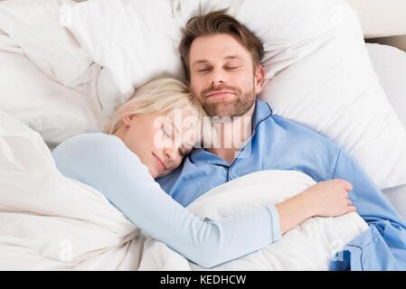 bett paar umarmen schlafen kuscheln von oben modell freigegeben partnerschaft partner. Black Bedroom Furniture Sets. Home Design Ideas