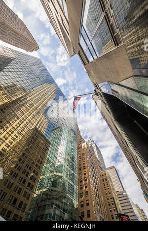 Manhattan skysrapers Low Angle View mit USA-Flagge in der Mitte - Stockfoto