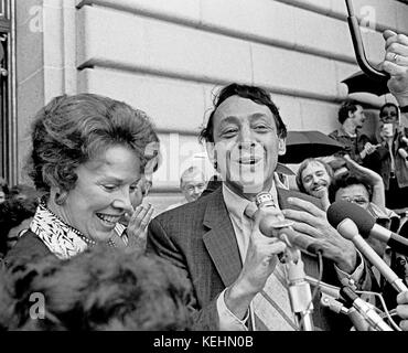 Harvey Milk war der erste Gay San Francisco Supervisor durch Kalifornien Chief Justice, Rose Vogel auf Stufen des - Stockfoto