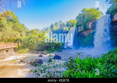 Puerto Iguazu, Argentinien - 19. September 2009: Touristen einige der Wasserfälle in Iguazu National Park an der - Stockfoto