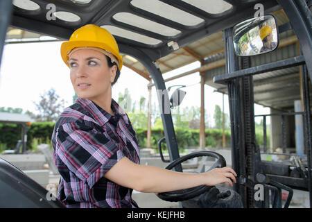 Ingenieurin Fahren eines LKW - Stockfoto