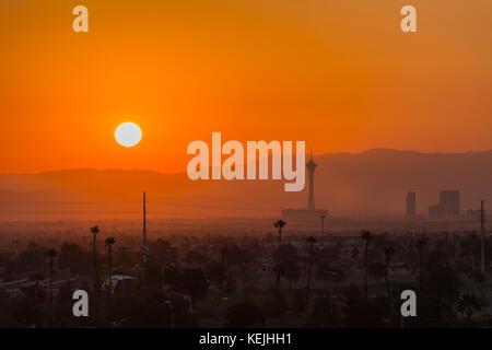 Las Vegas, Nevada, USA - Oktober 13, 2017: Heiße Mojave Wüste Sonne hinter den Stratosphere Tower auf dem Las Vegas - Stockfoto