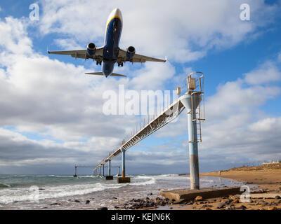 Eine Boeing 737 von Ryanair Ansätze auf Lanzarote Arrecife flughafen über den Atlantischen Ozean. - Stockfoto