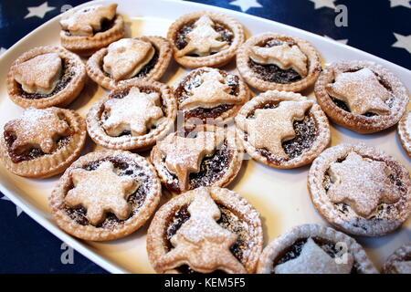 Weihnachten mince pies mit Stars und Tress auf einem weißen Fach - Stockfoto