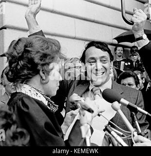 Harvey Milk vereidigt als erstes Gay San Francisco Supervisor durch Kalifornien Chief Justice, Rose Vogel auf den - Stockfoto