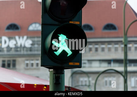 Ostdeutsche grüne Ampelmännchen, kleine Ampel Männer, Ampelmann, Fußgängerzone Signale Symbol, Berlin, Deutschland - Stockfoto