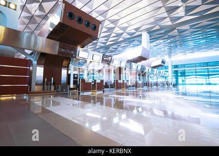 Schönes Interieur mit leeren Check-in Schalter am Flughafen - Stockfoto