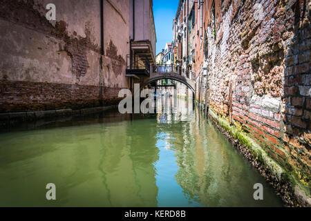 Kanäle und historischen Gebäuden von Venedig, Italien. enge Kanäle, alte Häuser, Reflexion über Wasser an einem - Stockfoto