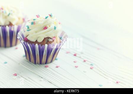 Festliche Cupcakes mit brennenden Kerzen - Stockfoto