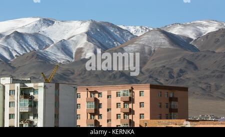 Blick auf olgii Stadt, Häuser, Berge im Hintergrund, Bajan - olgii Aimag (Provinz) der Mongolei. - Stockfoto