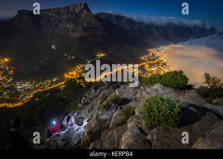 Table Mountain National Park ist ein beliebtes Wanderziel in Kapstadt und Tafelberg, Lion's Head, und Devil's Peak. - Stockfoto