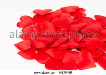 Stapel von roten Herzen vor weißem Hintergrund. Liebe und romantische rote Herzen Hintergrund. - Stockfoto