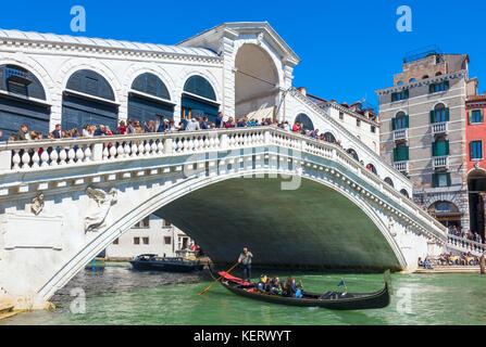 Venedig Italien Venedig Gondoliere mit Touristen in Gondeln unter die Rialto Brücke über den Canal Grande Venedig - Stockfoto
