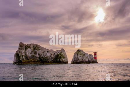 Die Nadeln auf der Insel Wight UK gesehen vom Meeresspiegel bis frühen Abend Ende Sommer. - Stockfoto