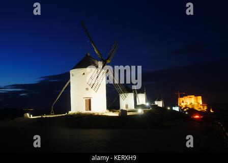 Windmühlen und Burg, Nacht. Consuegra, Provinz Toledo, Kastilien-La Mancha, Spanien. - Stockfoto
