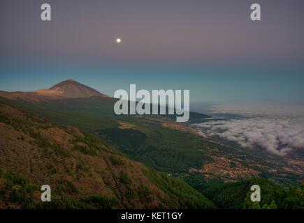 Nachtansicht des Handels Wind Wolken über Orotava Tal mit Pico del Teide vor Sonnenaufgang, hinter La Palma - Stockfoto