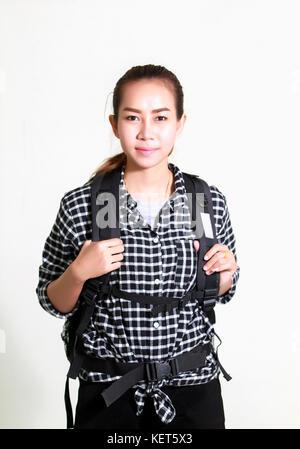 Asiatische Frau, die einen Rucksack auf weißem Hintergrund - Stockfoto