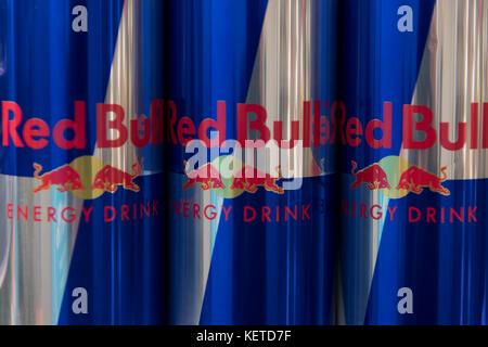 Red Bull Dosen Kühlschrank : Dosen red bull auf der anzeige für den verkauf auf einem regal