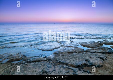 Am frühen Morgen, Gelassenheit, schönen Sonnenaufgang über dem Meer - Stockfoto