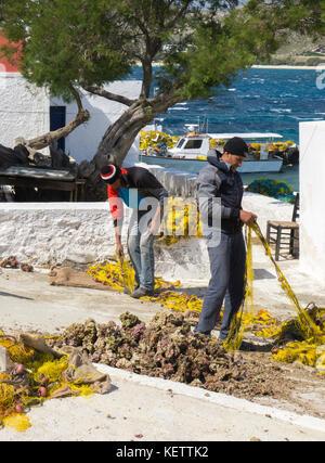 Fischer Instandsetzung Netze in Agia Anna, Mykonos, Griechenland - Stockfoto