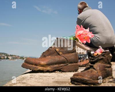Horizontale Ansicht der Schuhe auf der Donau Denkmal in Budapest. - Stockfoto