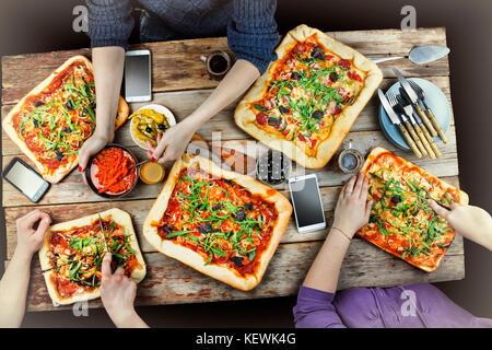 Schneiden Pizza. einheimische Küche und hausgemachte Pizza. genießen Sie ein Abendessen mit Freunden. Blick von - Stockfoto