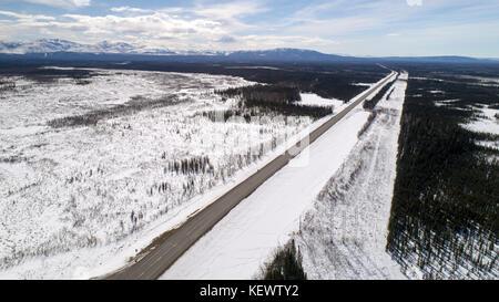 Eine Luftaufnahme der Alaska Highway von Anchorage nach Fairbanks fotografiert nördlich der Alaska Range im Süden - Stockfoto