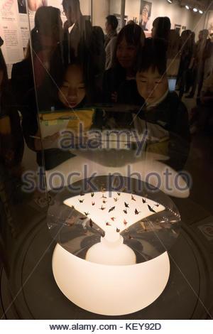 Hiroshima Peace Memorial Museum in der Peace Memorial Park. Hiroshima, Japan, Asien. Kraniche aus Papier (Origami) - Stockfoto