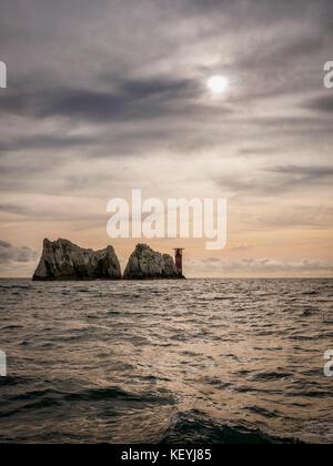 Die Nadeln Leuchtturm auf der Isle of Wight, Großbritannien gesehen nähert man sich mit dem Boot. - Stockfoto