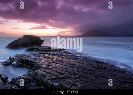 Sonnenuntergang in elgol mit Blick über den Loch scavaig mit dem cullin Grat rechts im Bild. lange Belichtung - Stockfoto