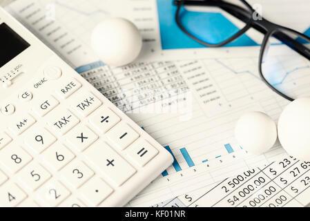 Diagramme zahlen Bälle Taschenrechner Gläser - Stockfoto