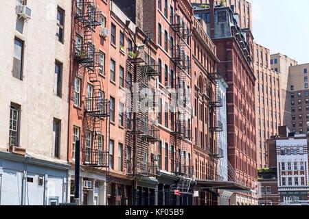 Typische alte Häuser mit Fassaden Treppen in Tribeca, New York City, USA - Stockfoto