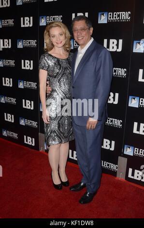Lisa Brenner, Dean Devlin in der Ankunftshalle für lbj Premiere arclight Hollywood, Los Angeles, Ca Oktober 24, - Stockfoto