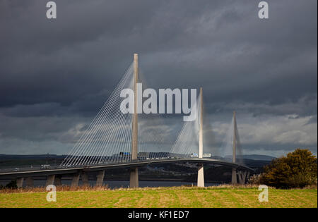 , South Queensferry Edinburgh, Schottland, Großbritannien. 25 Okt, 2017. UK Wetter. Moody skies mit Wind, die Wolken - Stockfoto