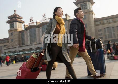 Junge Männer und Frauen vor dem Platz - Stockfoto