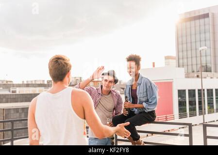 Freunde treffen auf einem Dach Partei - Stockfoto