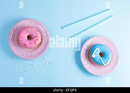 Flying Donuts auf Blau - Stockfoto